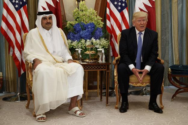 Katarský emir (vľavo) na nedávnom stretnutí s americkým prezidentom Donaldom Trumpom v Rijáde.