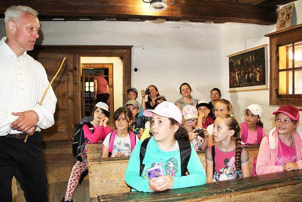 Školáci vniekdajšej škole sučiteľom Richardom Janoštínom.