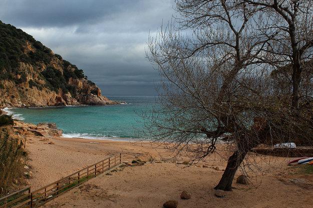 Na celom pobreží môžete objavovať tiché a ukryté zátoky a pláže.