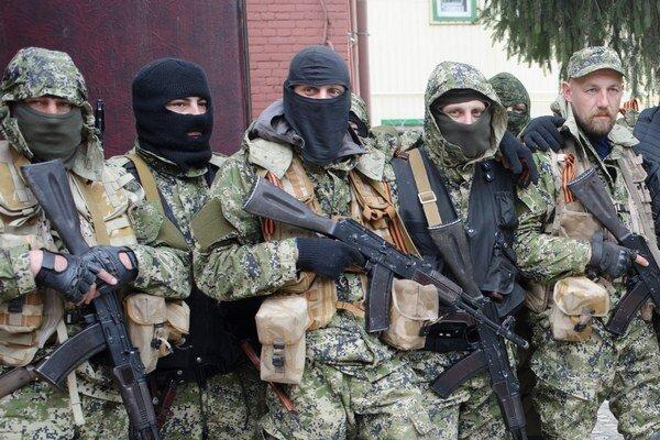 Spoločná fotka proruských rebelov v meste Slovjansk.