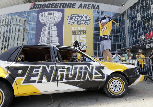 Fanúšik Nashvillu udiera do vraku auta pomaľovaného vo farbách Pittsburghu.