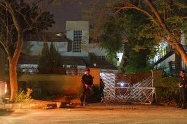 Príslušníci pakistanských kománd hliadkujú pred domom, kde zabili bin Ládina.