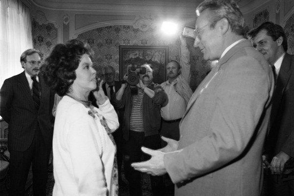 Prvý slovenský premiér po Nežnej revolúcii Milan Čič 3. apríla 1990 prijal v Bratislave americkú veľvyslankyňu Shirley Templeovú-Blackovú.