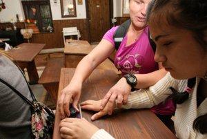 Pri práci s kalamárom musíte byť opatrné. Hneď je atrament na rukách,trpezlivo vysvetľovali učiteľky deťom.