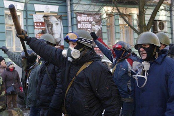 Ukrajinskí demonštranti s palicami v centre Kyjeva.