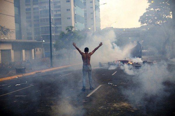 V uliciach Caracasu sa už niekoľko dní odohrávajú veľké protesty. Zomierajú pri nich ľudia.