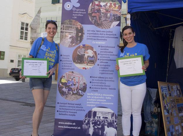 Pod záštitou projektu Naše mesto dobrovoľníci na bratislavskom Hlavnom námestí šírili osvetu o svalovej dystrofii. Paralelne totiž prebieha celosvetová kampaň Belasý motýľ, ktorá zastrešuje viaceré aktivity na pomoc dystrofikom.