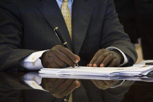 Uganský prezident Yoweri Museveni podpisuje antihomosexuálny zákon, ktorý umožní trestať homosexuálny pohlavný styk doživotným väzením.