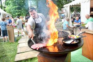 Na špeciálnom grile pripravoval Pišta špeciality zbravčového ihovädzieho mäsa.