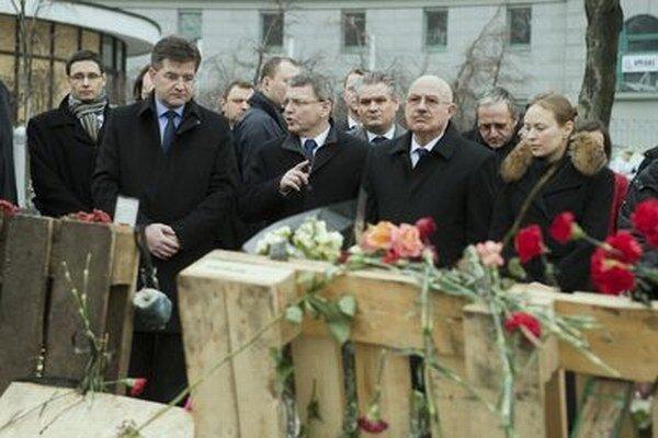 Ministri zahraničných vecí V4 pri pamätníku pre ľudí, ktorí zahynuli počas zrážok s políciou na Námestí Nezávislosti v Kyjeve.