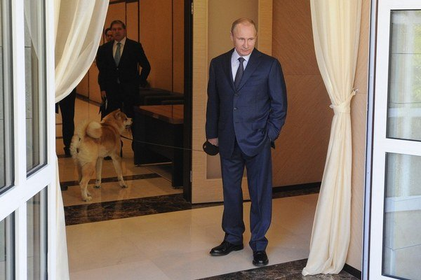 Vladimir Putin so psom.