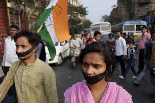Protest v meste Madhjamgrám.