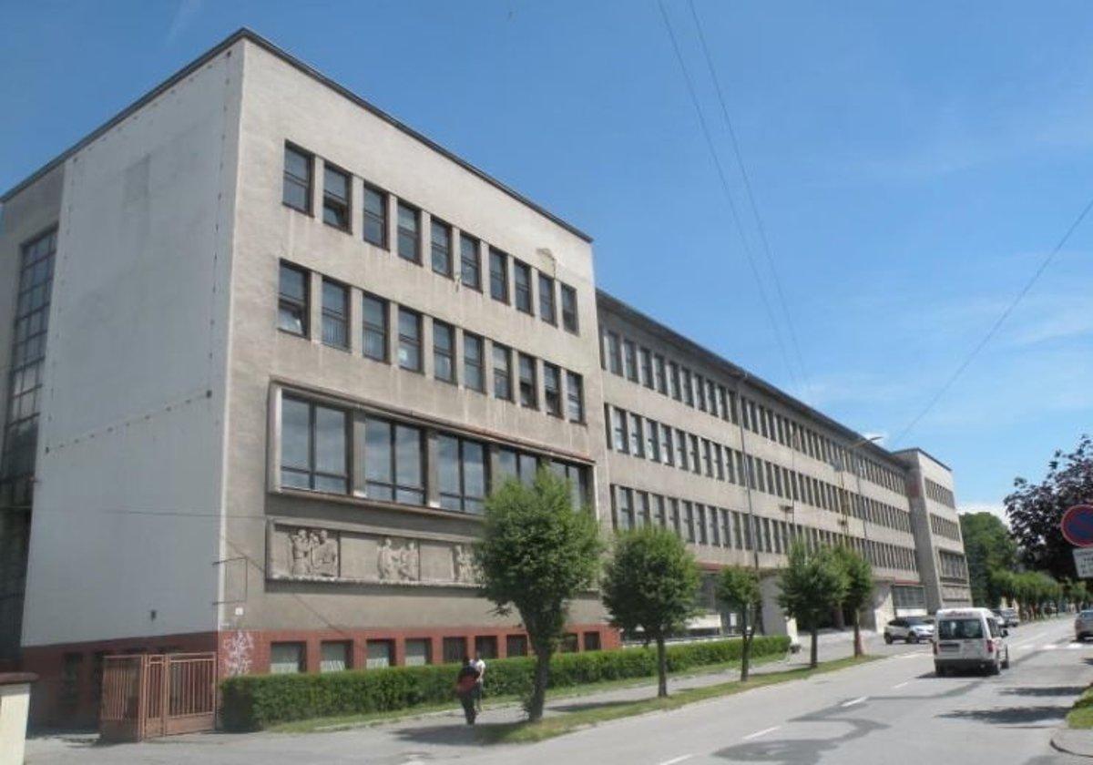 Budovu priemyselných škôl otvorili v roku 1952. Sídlili v nej Stredná  priemyselná škola textilná a c2b1c3ed68d