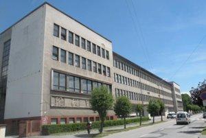 Budovu priemyselných škôl otvorili vroku 1952. Sídlili vnej Stredná priemyselná škola textilná apapiernicka. Tá mala 32 tried a900 žiakov. Vbudove fungovala aj výborne vybavená Stredná priemyselná škola strojnícka. Už dva roky po svojom vzniku mala 25 triedy.