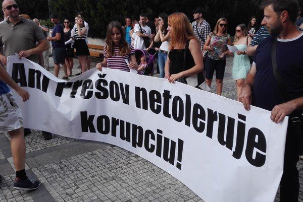 V rukách účastníkov protestu sa objavili aj takéto transparenty.