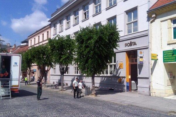 Na hlavnej pošte v Trenčíne nahlásili bombu.
