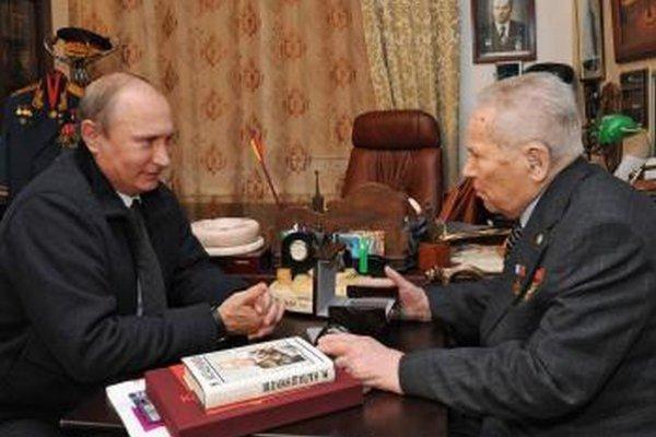 Ruský prezident Vladimir Putin (vľavo) a ruský konštruktér zbraní a vynálezca legendárnej útočnej pušky AK-47 Michail Kalašnikov počas stretnutia minulý rok v septembri.