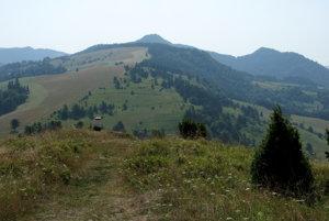 Hrebeň Malých Pienin zo Šlachoviek - Durbaška, v strede trčia Vysoké Skalky.