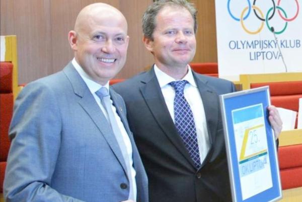 Predseda OKL Roman Králik prijíma cenu Slovenského olympijského výboru od jeho prezidenta Antona Siekela. Foto: (RK)
