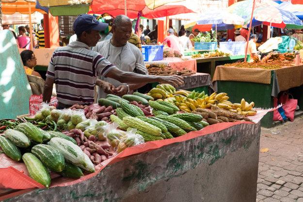 Jedinečným zážitkom zo Seychel je trhovisko vo Victórii.