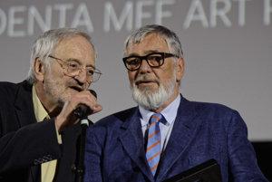 Art Film Fest v Košiciach: Milan Lasica odovzdáva cenu Jiřími Bartoškovi - dlhoročnému riaditeľovi festivalu v Karlových Varoch.