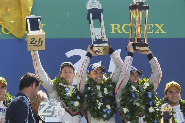 Celkoví víťazi - zľava Novozélanďan Brendon Hartley, jeho krajan Earl Bamber a Nemec Timo Bernhard.