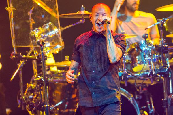 Frontman skupiny Linkin Park Chester Bennington na archívnej snímke z roku 2014. Linkin Park bol ťahúňom pražského festivalu Aerodrome, do ktorého investoval Igor Rattaj.
