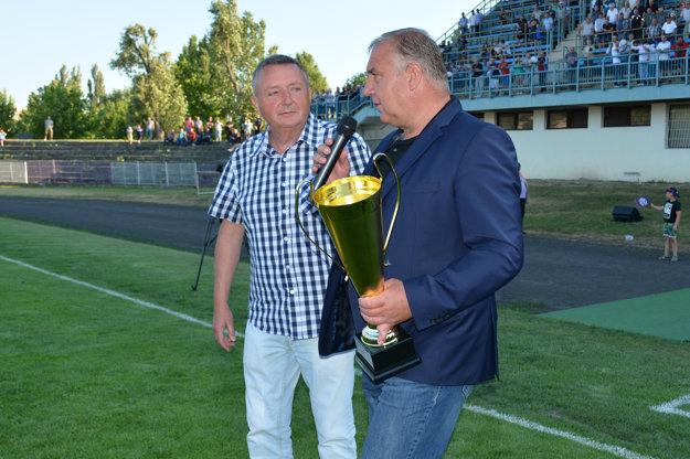 Pohár víťazom odovzdal predseda ZsFZ Pavol Šipoš, po jeho pravici predseda ObFZ Komárno František Nagy