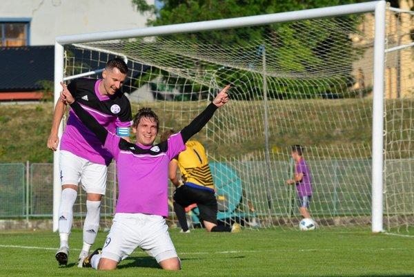 Gólová radosť najlepšieho strelca súťaže Romana Hašu z Komárna. Dvakrát bol úspešný aj v poslednom zápase proti Šuranom.