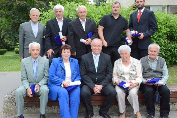 Ocenení Tepličania - horný rad zľava: Mišina, Kevický, Krištof, Holenka, Prokša, dolný rad: Vladár, Brincková, primátor Hus, Žiaková, Bosík.