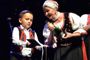 Pri polievaní nového CD. Marka Mačošková s vnúčikom Anky Poráčovej Ľubkom Šebejom.