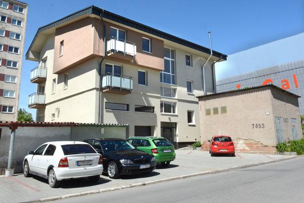 Bytovka s parkoviskom. Bez parkovacích miest nemôže byť skolaudovaná neďaleká bytovka.
