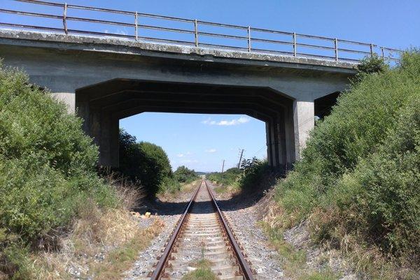 Most vedie ponad železnicu.