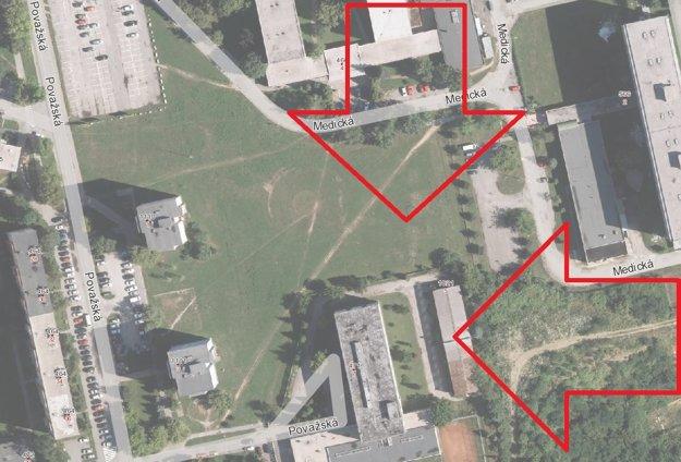 Miesto výstavby. Zelené priestranstvo medzi dvomi internátmi na Medickej a panelákmi na Považskej.