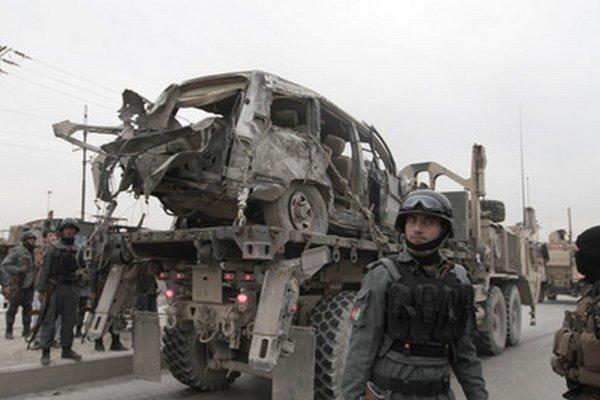 Zničené vozidlo po útoku.