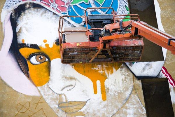 Práca na unikátnom projekte street art gallery – galérie s veľkometrážnymi maľbami vo voľnom priestore v lokalite Kamenné námestie počas podujatia Street art festival.