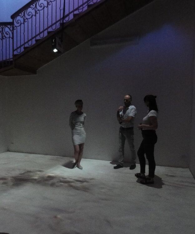 Videomaping na podlahe dolu pod schodiskom vytvára dojem krátera s bublajúcim bahnom.