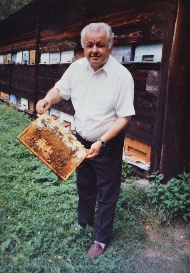 Pri včelách.Boli jeho vášňou.