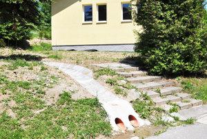 Povrchovú vodu zachytí betónový rigol, rúry odvedú spodnú.⋌