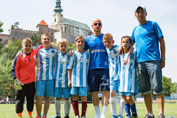 Víťazom finálového turnaja Miniligy M. Stocha základných škôl sa stal tím ZŠ Cabajská. Na snímke pózuje s garantom súťaže Miroslavom Stochom.