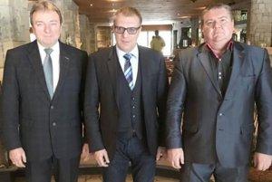 M. Mikušiak sprimátorom mesta J. Blcháčom aprezidentom SFZ J. Kováčikom po rokovaní orekonštrukcii štadióna.
