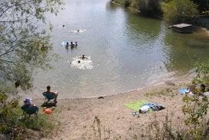 Na prvom jazierku sa už roky neťaží. Verejnosť sa kúpe alebo rybárči aj tu.