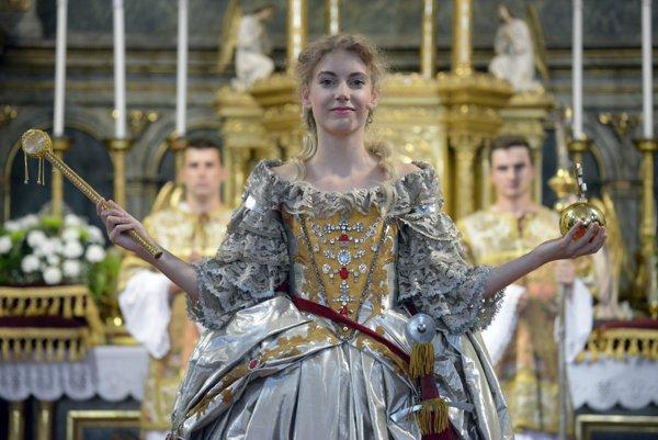 Predstaviteľka Alžbety Kristíny - matky Márie Terézie počas korunovačného obradu v Kostole Najsvätejšieho Spasiteľa v rámci 15. ročníka Korunovačných slávnostií.