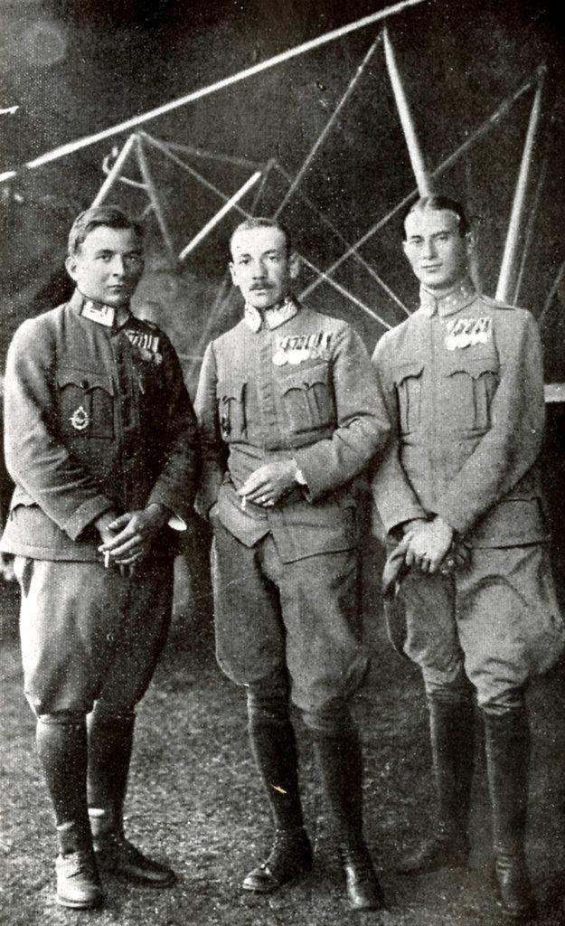 Stíhací pilot Frigyes Hefty (uprostred) so svojimi spolubojovníkmi.