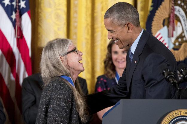 Barack Obama odovzdáva Margaret Hamiltonovej prezidentskú medailu slobody