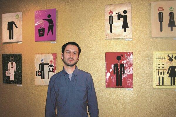 Richard Otott s časťou svojich obrazov z výstavy Pictogram Stories.