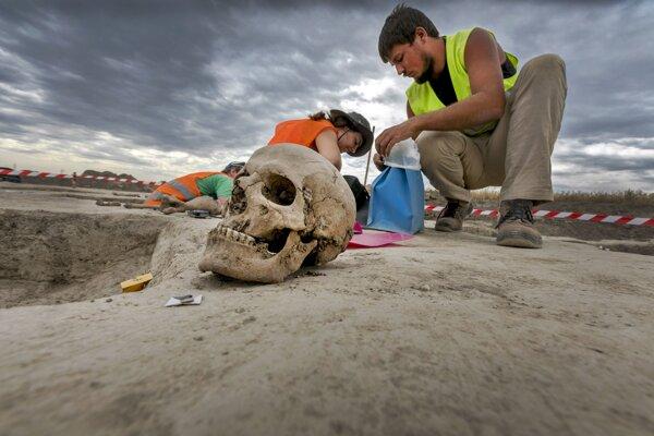 Kostrový nález objavený počas archeologického výskumu.