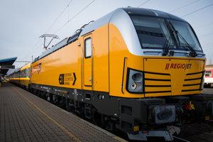 Lokomotíva Siemens Vectron železničnej spoločnosti RegioJet.