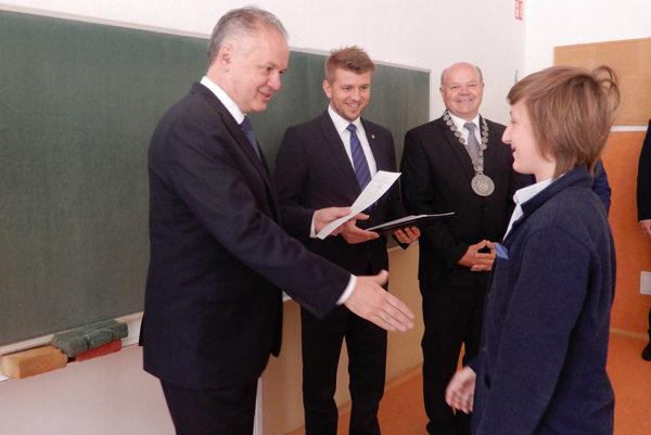 Žiaci zo Základnej školy s materskou školou Hradná v Liptovskom Hrádku si koncoročné vysvedčenia prevzali tento rok výnimočne z rúk prezidenta Slovenskej republiky Andreja Kisku.