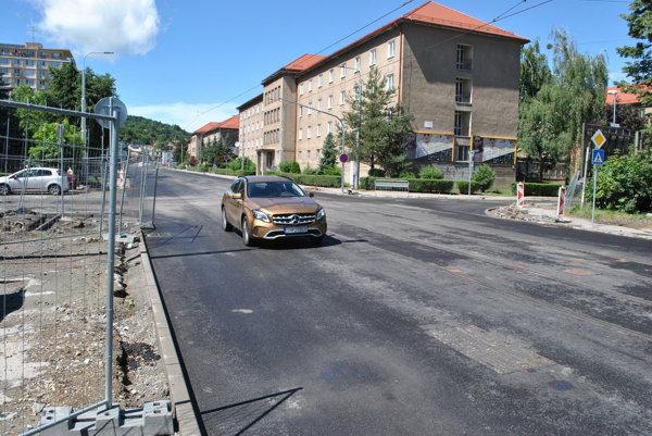 Po Boženke už jazdia autá, na ceste, chodníkoch a obratisku električiek sa ešte bude pracovať.